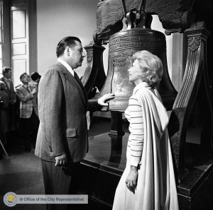Mayor Frank Rizzo shows actress Dinah Shore where to touch the Liberty Bell, 1973 | Image: PhillyHistory.org