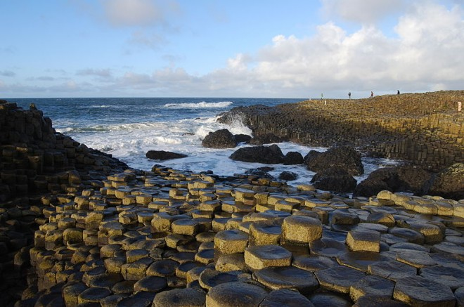 Hexagonal basalts forming Giant's Causeway, Northern Ireland | Image via WikiCommons