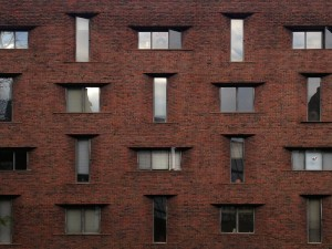 Though simple, the alternating horizontal-vertical pattern of tapered windows is very distinct | Photo: Fátima Olivieri