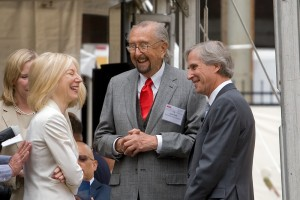 Architect César Pelli (center) chats with Penn President Amy Gutmann and Brandywine CEO Jerry Sweeney | Photo: Bradley Maule
