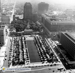 First block of Independence Mall complete, Chestnut to Market. Note the difference in form between it and Independence Square (State House Grounds) in the background. | Photo: PhillyHistory.org