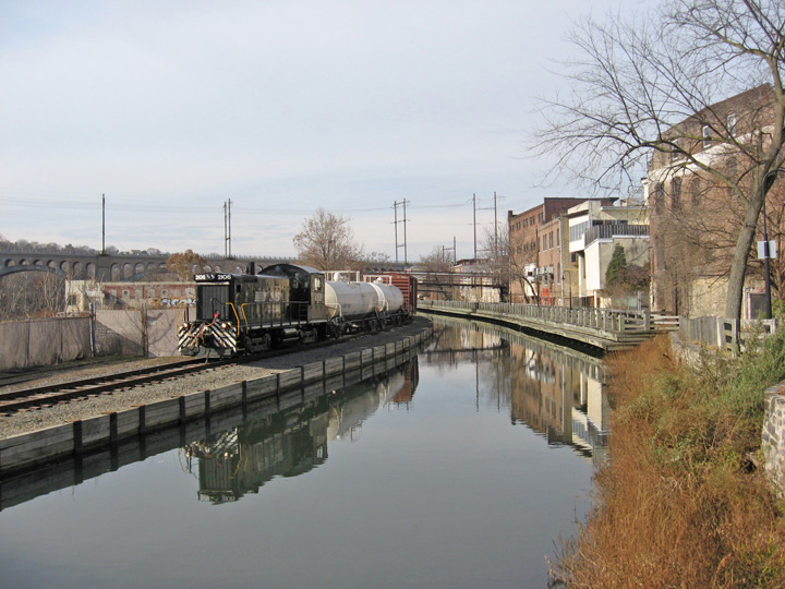 manayunk canal photo by Bob Thomas