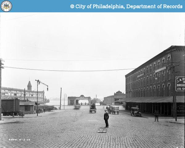 The foot of Vine Street in 1919. Its width--perhaps 107 feet--seems much larger than that of today's Vine Steet by the Delaware | Image: PhillyHistory.org