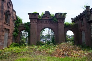 Stephen Decatur Button's gatehouse, standing in ruin | Photo: Dan Papa