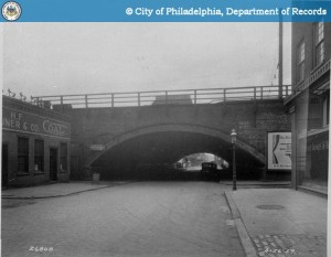 Typical arched overpass in the Chinese Wall viaduct | Photo: Phillyhistory.org