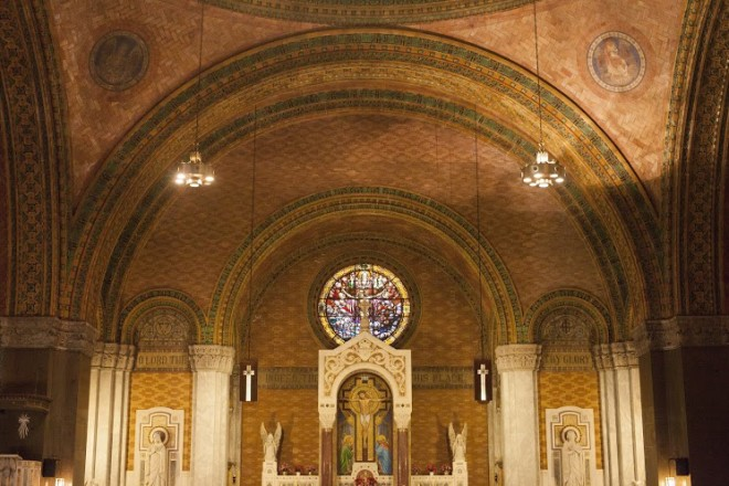 Arches above the altar | Photo: Dan Papa