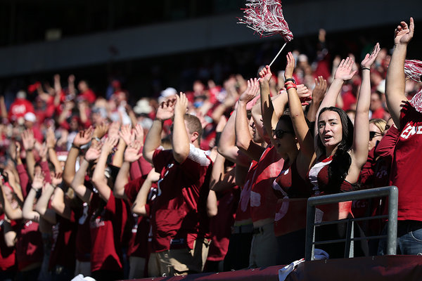 Temple students cheer for the Owls at Lincoln Financial Field, South Philadelphia | Photo: David Maialetti, for The Inquirer