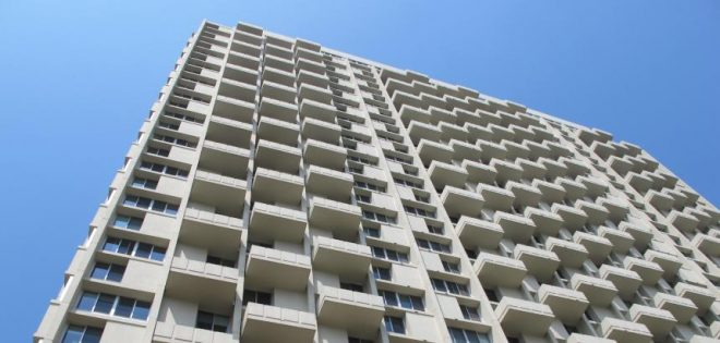 Architect Rich Villa praises the rhythmic composition of Oskar Stonorov's Hopkinson House (1963). | Photo: Ashley Hahn, for Plan Philly