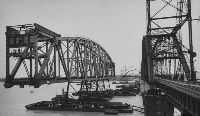 The new vertical lift span is floated into place in 1960 | Source: Wikipedia Creative Commons (photographer unknown)